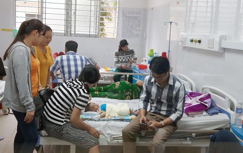 Bệnh nhân đang điều trị tại Khoa Nhi Bệnh viện Nguyễn Đình Chiểu.