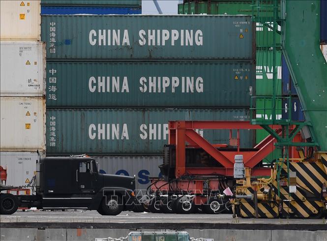 Các container hàng hóa được bốc dỡ tại cảng Long Beach, Los Angeles, California, Mỹ, ngày 10-5-2019. Ảnh: AFP/TTXVN
