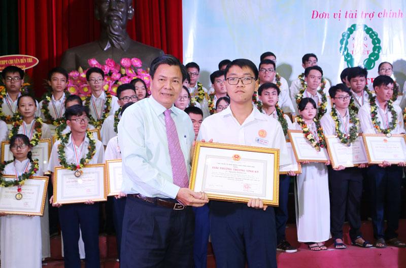 Phó chủ tịch UBND tỉnh Nguyễn Hữu Lập tặng giấy khen cho học sinh nhận giải nhất Giải thưởng Trương Vĩnh Ký.