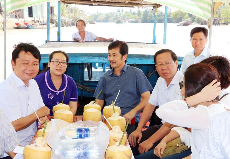 Bí thư Tỉnh ủy Phan Văn Mãi (thứ 4, từ trái sang) khảo sát trên sông Thom, Mỏ Cày Nam.