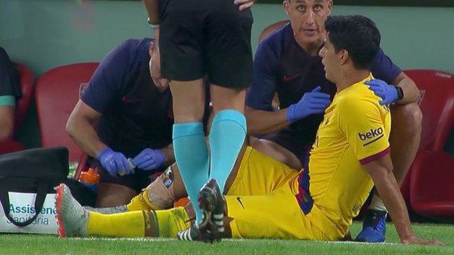 Luis Suarez bị chấn thương phải rời sân ở phút 36. Ảnh: Reuters.