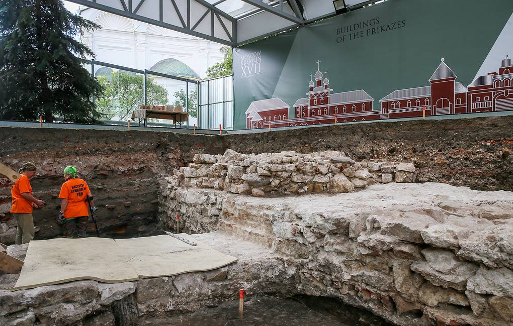 Quá trình khai quật khảo cổ diễn ra tại Điện Kremlin. Ảnh: TASS