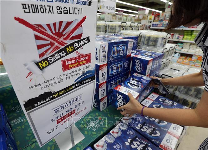Bảng thông báo không bán, không mua các sản phẩm từ Nhật Bản tại một siêu thị ở Seoul, Hàn Quốc, ngày 16-7-2019. Ảnh: YONHAP/TTXVN