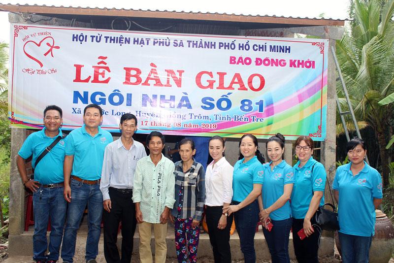 Đại diện đơn vị tài trợ, chính quyền địa phương chụp ảnh lưu niệm với vợ chồng anh Cao.