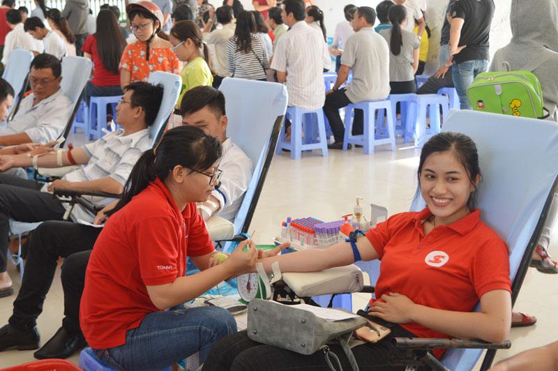 Đông đảo công nhân, viên chức lao động đến tham gia hiến máu tình nguyện