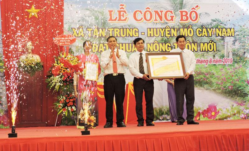 Chủ tịch UBND tỉnh Cao Văn Trọng trao bằng công nhận xã đạt chuẩn NTM cho lãnh đạo xã Tân Trung.