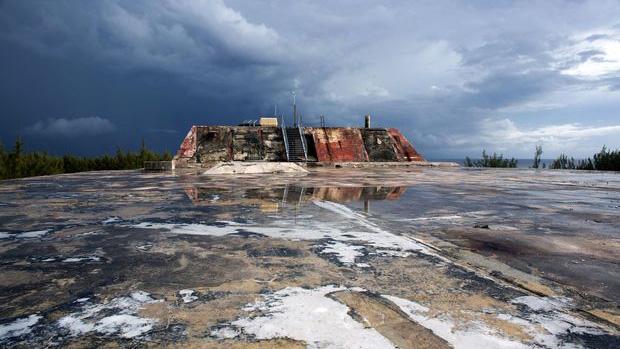 """""""Tàn dư"""" của một cơ sở thử nghiệm hạt nhân ở Mururoa. Ảnh: AFP"""