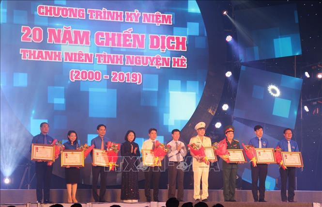 Trưởng Ban Tuyên giáo Trung ương Võ Văn Thưởng và Phó chủ tịch nước Đặng Thị Ngọc Thịnh trao tặng Huân chương Lao động hạng Ba của Chủ tịch nước cho 8 tập thể.