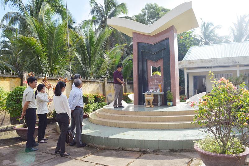 Đoàn giám sát Ban Văn hóa - Xã hội HĐND tỉnh khảo sát Bia tưởng niệm 5 nữ sinh tại Trường Tiểu học Phước Long 2.