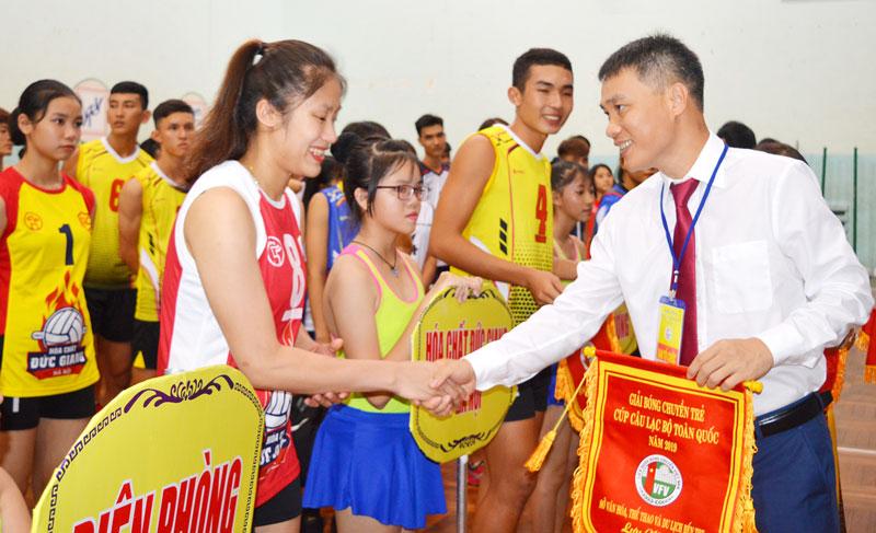 Ông Lê Trí Trường - Tổng Thư ký Liên đoàn Bóng chuyền Việt Nam trao cờ lưu niệm cho các đội bóng.