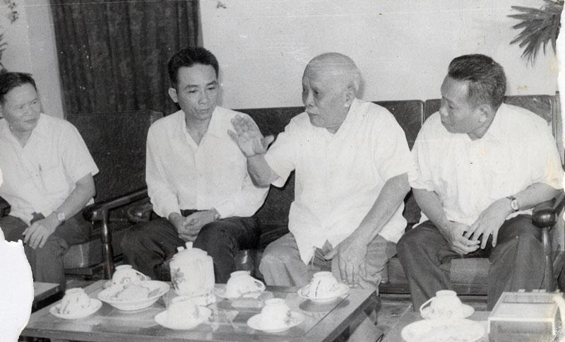Chủ tịch Tôn Đức Thắng cùng Ban Thường vụ Khu ủy Nam bộ. Ảnh tư liệu nhà báo Chí Nhân cung cấp