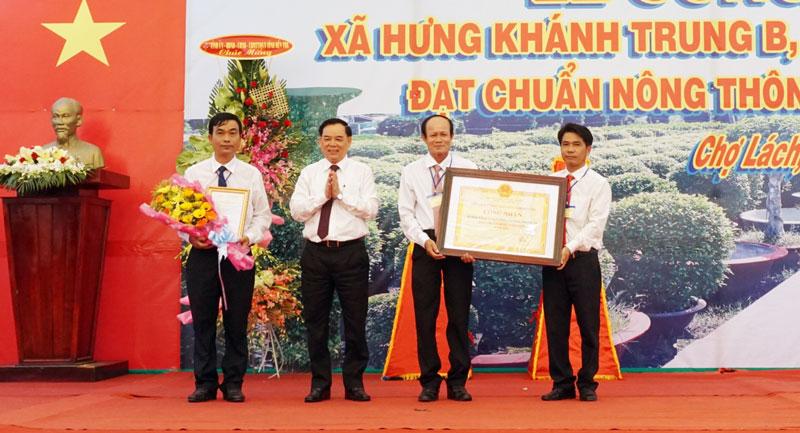 Phó bí thư Tỉnh ủy Trần Ngọc Tam trao bằng công nhận xã đạt chuẩn NTM cho lãnh đạo xã Hưng Khánh Trung B.
