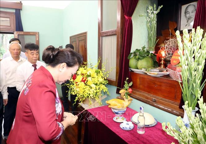 Chủ tịch Quốc hội Nguyễn Thị Kim Ngân dâng hương, dâng hoa tại Nhà 67 trong Khu Di tích Phủ Chủ tịch. Ảnh: Trọng Đức/TTXVN