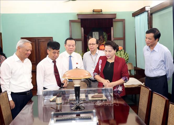 Chủ tịch Quốc hội Nguyễn Thị Kim Ngân tham quan và nghe giới thiệu không gian làm việc của Chủ tịch Hồ Chí Minh trong Nhà 67. Ảnh: Trọng Đức/TTXVN