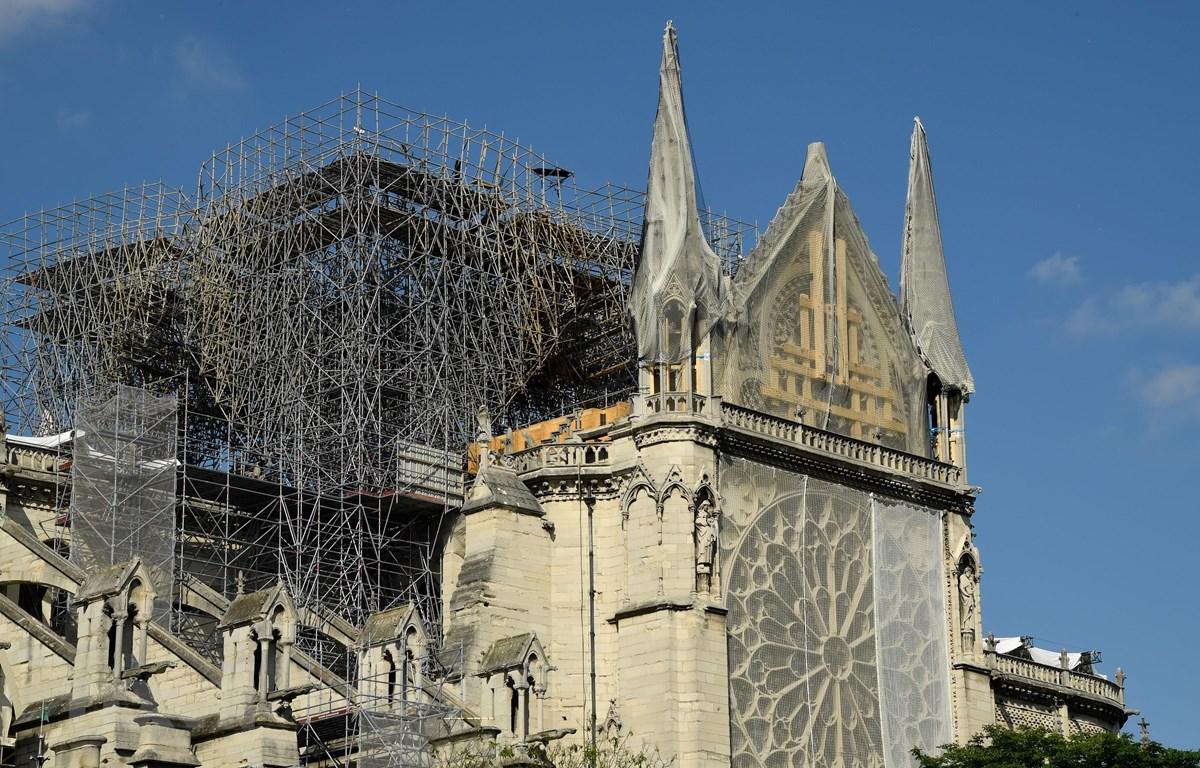 Nhà thờ Đức Bà Paris đang trong quá trình sửa chữa sau vụ hỏa hoạn. (Ảnh: AFP/TTXVN)
