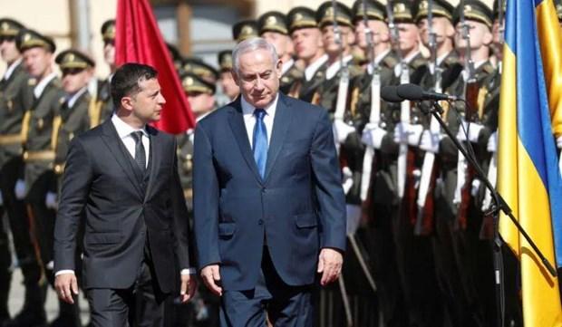 Tổng thống Ukraine Volodymyr Zelensky trong lễ chào mừng Thủ tướng Benjamin Netanyahu tới Kiev. (Nguồn: Reuters)