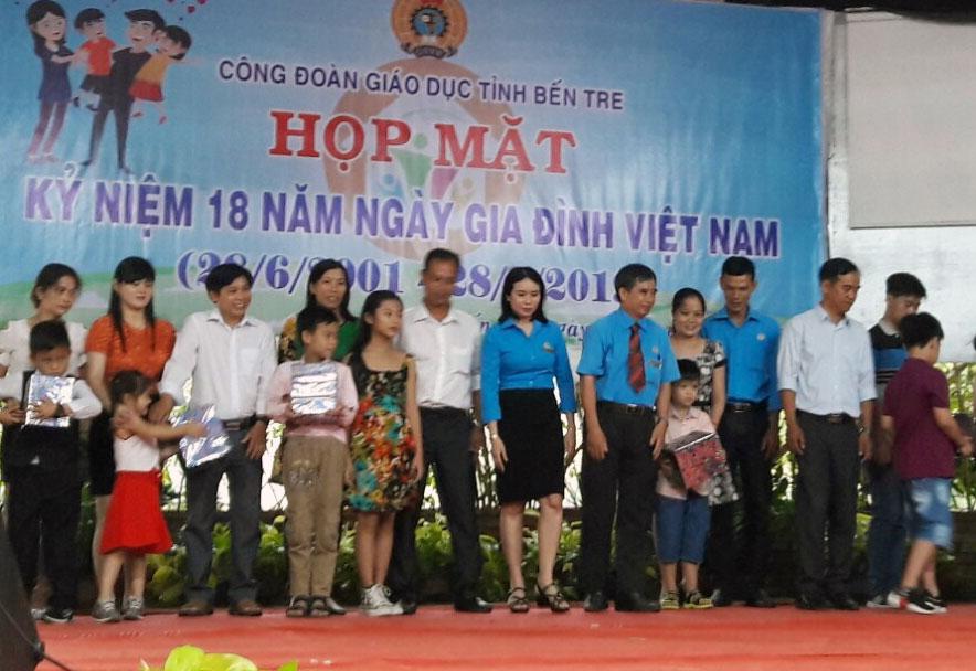 Công đoàn ngành Giáo dục tổ chức họp mặt kỷ niệm 18 năm Ngày Gia đình Việt Nam. Ảnh: PV