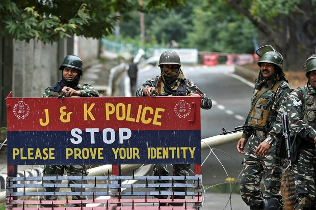 Lực lượng an ninh gác trên một đường phố ở Srinagar, bang Kashmir, Ấn Độ ngày 17-8-2019. (Nguồn: AFP/TTXVN)