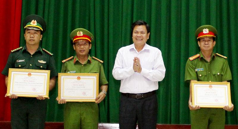 Phó chủ tịch UBND tỉnh Nguyễn Hữu Lập trao bằng khen cho các tập thể.