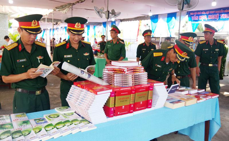 Cán bộ, chiến sĩ Bộ Chỉ huy Quân sự tỉnh tham quan triển lãm sách nhân Ngày sách Việt Nam tại Thư viện tỉnh.