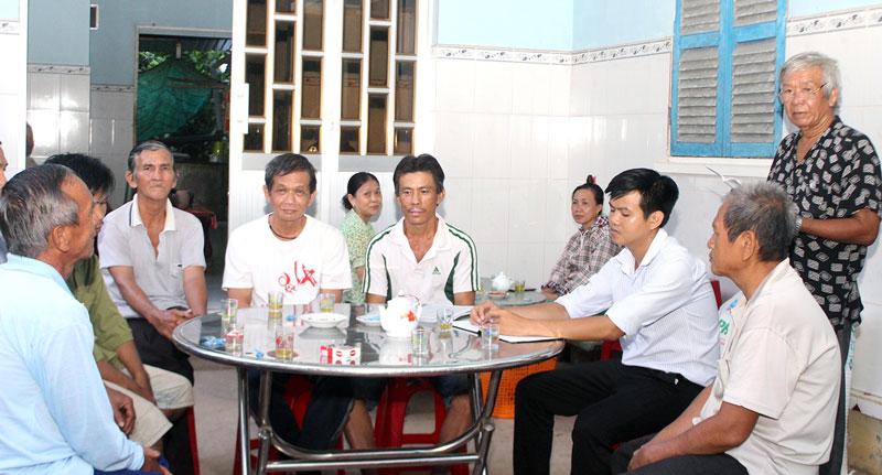 Quang cảnh buổi họp Tổ nhân dân tự quản số 1, ấp Phú Tân, xã Châu Hòa vào tối 16-8-2019.