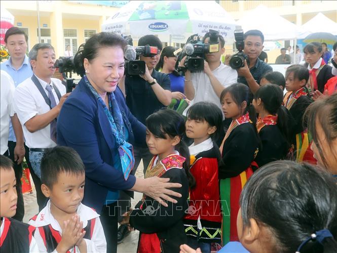 Chủ tịch Quốc hội Nguyễn Thị Kim Ngân với các học sinh Trường tiểu học và THCS xã Đồng Sơn, huyện Hoành Bồ. Ảnh: Trọng Đức/TTXVN