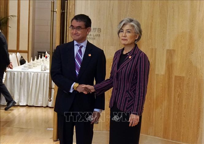 Ngoại trưởng Hàn Quốc Kang Kyung-wha (phải) và Ngoại trưởng Nhật Bản Taro Kono (trái) tại cuộc gặp ở Bắc Kinh, Trung Quốc, ngày 21-8-2019. Ảnh: YONHAP/TTXVN