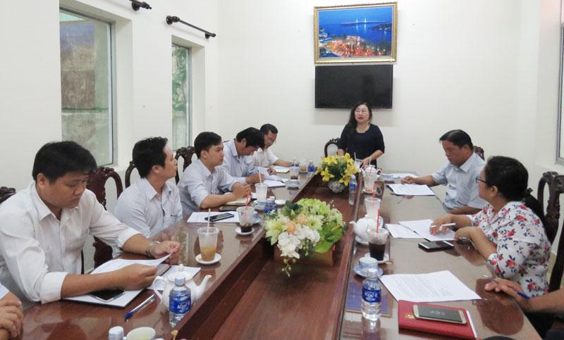Phó bí thư Đảng ủy Khối Cơ quan - Doanh nghiệp tỉnh Đỗ Thị Mai phát biểu tại cuộc họp