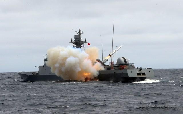 Tàu của hải quân Hàn Quốc phóng tên lửa trong một cuộc tập trận gần đảo Dokdo. Ảnh tư liệu: Yonhap/TTXVN