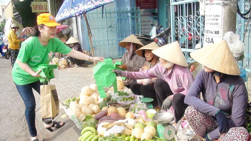 Tiểu thương tại các chợ hưởng ứng cuộc vận động sử dụng túi nilon tự hủy sinh học, góp phần bảo vệ môi trường sống