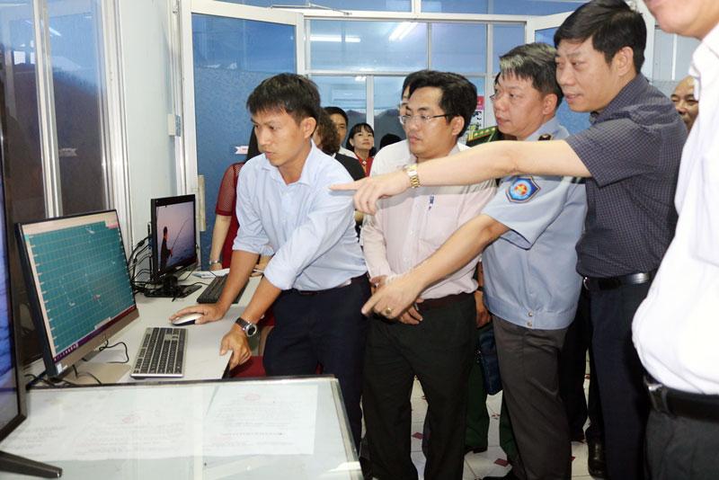 Đoàn công tác của Bộ Nông nghiệp và Phát triển nông thôn kiểm tra hệ thống giám sát đặt tại Chi cục Thủy sản tỉnh.