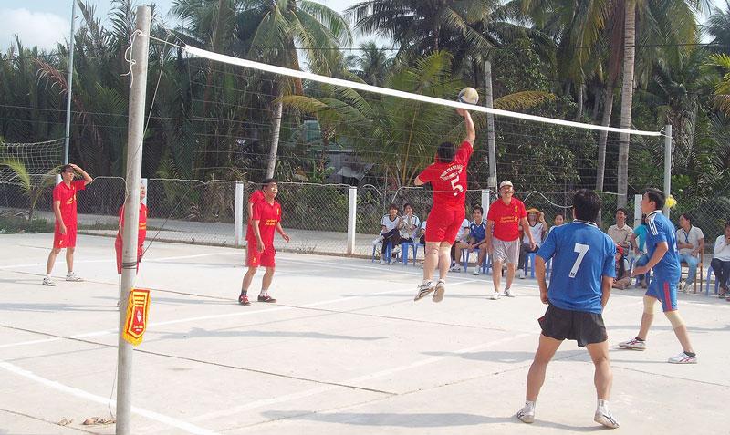 Công đoàn viên nam Trường THCS hoàng Lam giao lưu bóng chuyền.