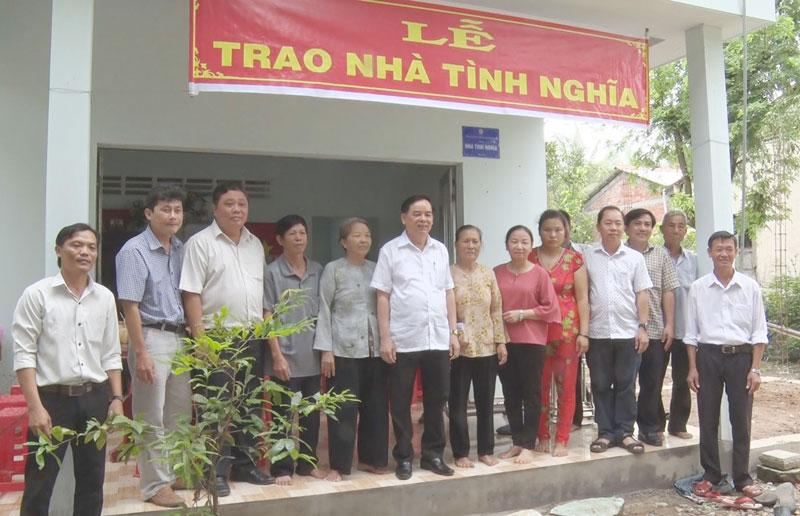 Phó bí thư Thường trực Tỉnh ủy Trần Ngọc Tam cùng đơn vị tài trợ và chính quyền địa phương chụp ảnh lưu niệm với gia đình chính sách được nhận nhà tình nghĩa.