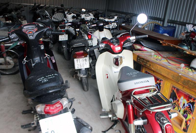 Tang vật xe máy của các đối tượng cờ bạc đang bị tạm giữ tại Công an huyện Giồng Trôm.