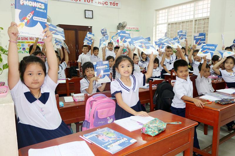 Học sinh nô nức chuẩn bị chào đón ngày khai giảng năm học mới. Ảnh: Phan Hân