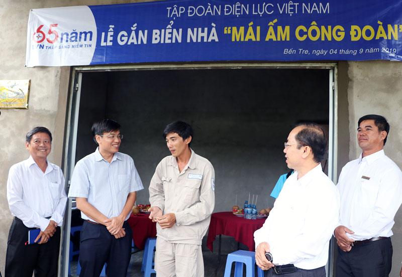 Anh Lê Thanh Truyền (thứ ba, từ trái sang) phấn khởi bên căn nhà mới.