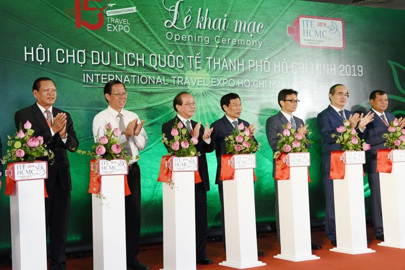 Phó thủ tướng Vũ Đức Đam (thứ ba từ phải sang) và lãnh đạo các tỉnh thành phố cắt băng khai mạc Hội chợ du lịch quốc tế TP.Hồ Chí Minh năm 2019.