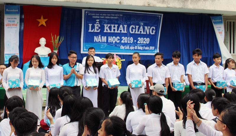 Học sinh tại lễ khai giảng ở Trường THPT Trần Văn Kiết. Ảnh: Quỳnh Anh