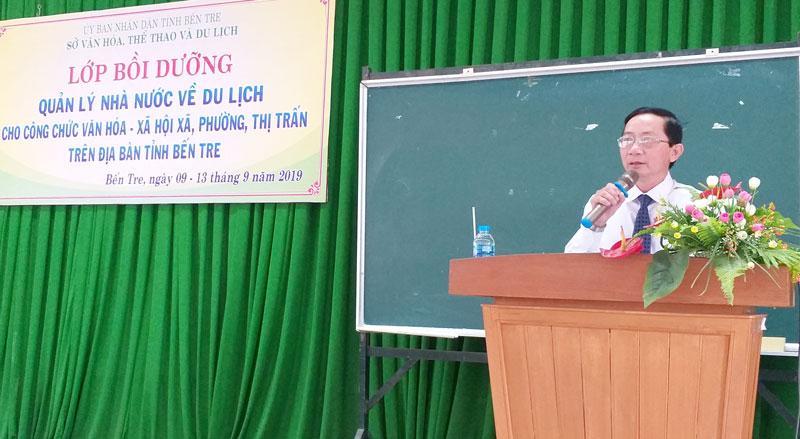 Giám đốc Sở Văn hóa, Thể thao và Du lịch Trương Quốc Phong phát biểu khai giảng lớp bồi dưỡng.