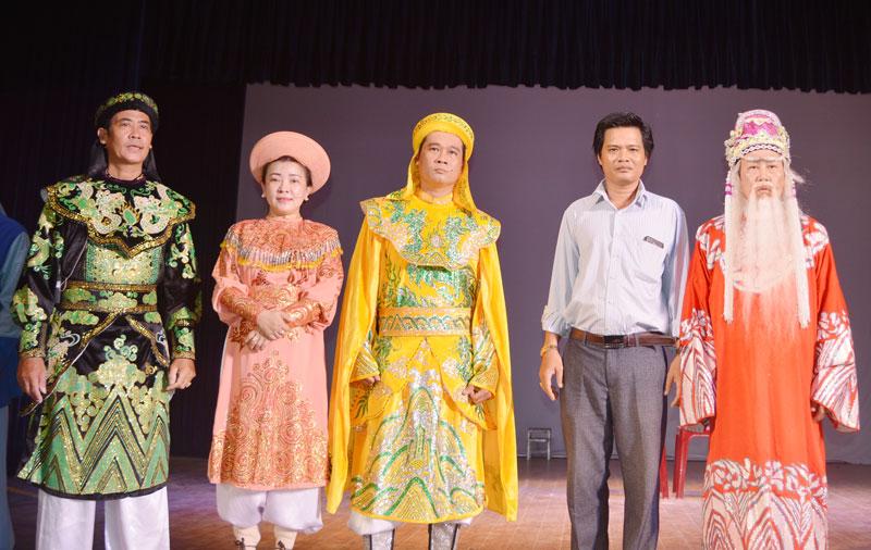Đạo diễn Trần Thanh Hưng (thứ hai, phải sang) cùng anh em nghệ sĩ của đoàn trong một buổi biểu diễn tổng dợt chương trình.
