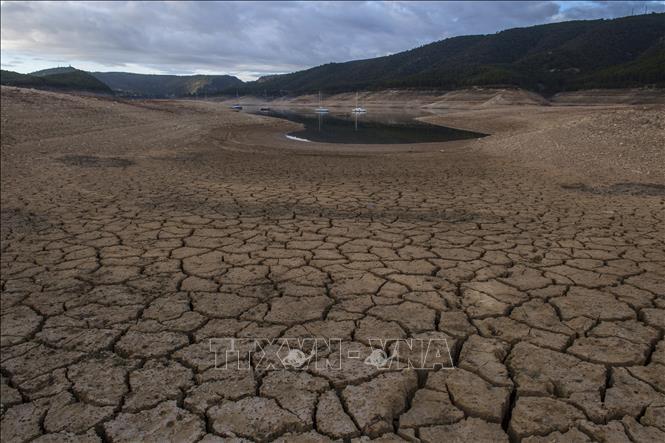 Hồ chứa nước cạn khô do nắng nóng và hạn hán kéo dài tại Entrepenas, Tây Ban Nha. Ảnh: AFP/TTXVN