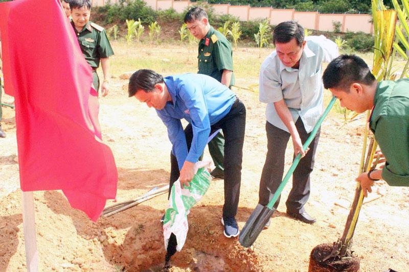 Bí thư Tỉnh Đoàn Hà Quốc Cường tham gia trồng dừa tại lễ bàn giao công trình.