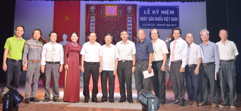 Đại biểu lãnh đạo chụp ảnh lưu niệm nhân Ngày Kỷ niệm sân khấu Việt Nam.