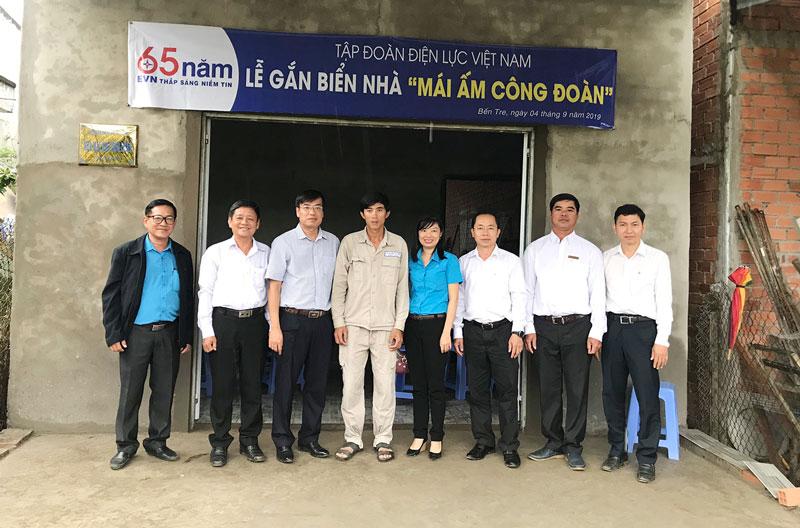 """Lễ bàn giao nhà """"Mái ấm Công đoàn"""" cho anh Lê Văn Truyền."""