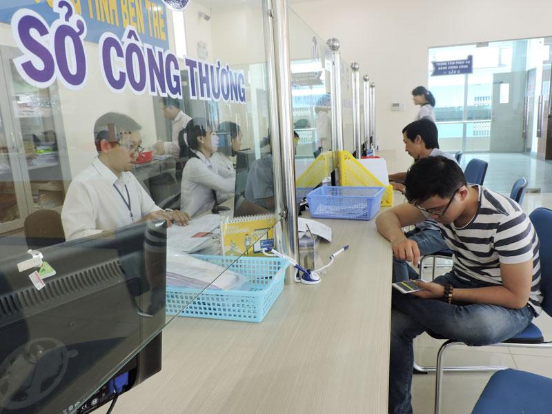 Người dân đến Trung tâm Phục vụ hành chính công tỉnh liên hệ giải quyết công việc.
