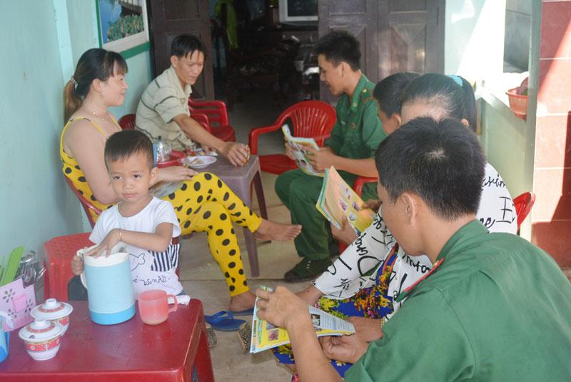 Cán bộ chiến sĩ Bộ đội Biên phòng đến từng hộ gia đình ở khu vực biên giới biển để tuyên truyền, phổ biến kiến thức pháp luật. Ảnh: Biên Cương