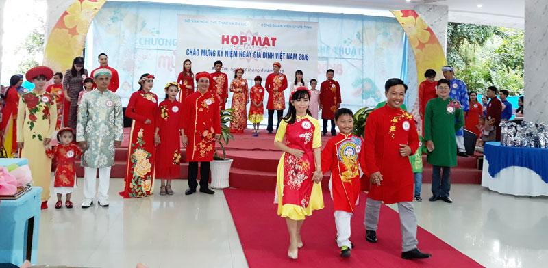 Các gia đình tham gia họp mặt kỷ niệm Ngày Gia đình Việt Nam (28-6-2018). Ảnh: A. Nguyệt