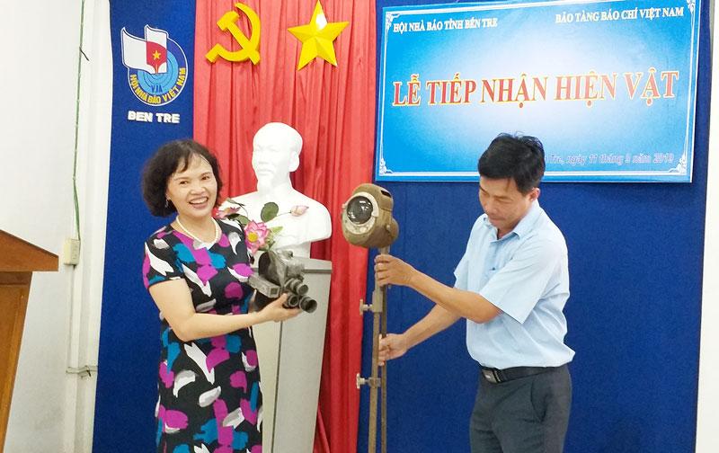 Nhà báo Trần Thị Kim Hoa – Giám đốc Bảo tàng Báo chí Việt Nam tiếp nhận hiện vật máy quay phim và đèn từ Đài Phát thanh và Truyền hình Bến Tre.