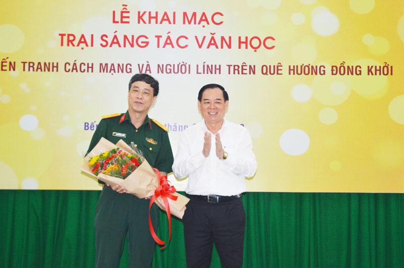 Phó bí thư Thường trực Tỉnh ủy Trần Ngọc Tam tặng hoa cho  Đại tá - Nhà văn Nguyễn Bình Phương.