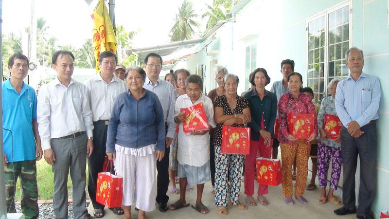 Bà con tại làng hữu nghị Việt - Hàn nhận quà bánh trung thu.